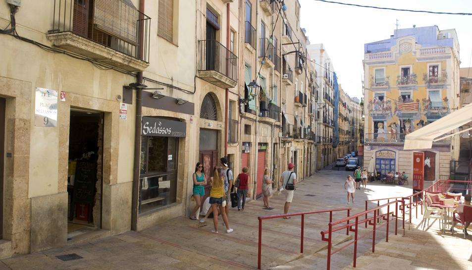 Els bars de la plaça dels Sedassos volen treure les barres per Santa Tecla