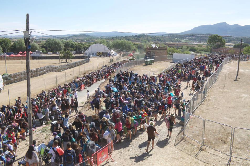 Centenars de joves accedint a l'espai de l'Acampada Jove en el moment d'obrir portes.