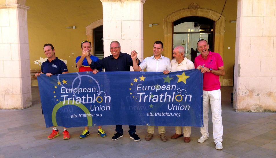Els organitzadors, amb l'alcalde, Fèlix Alonso, immensament feliç.