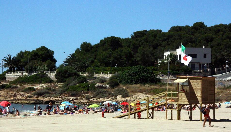 Una de les noves torres d'intervenció immediata de la Creu Roja a la platja de l'Arrabassada de Tarragona.