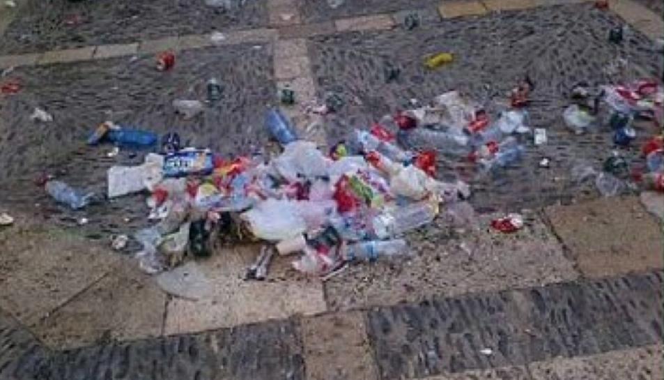 Imatge d'arxiu de brossa acumulada després d'una celebració festiva a Tarragona.