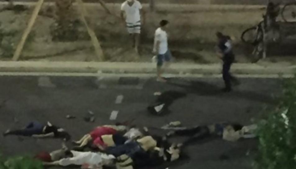 Imatge de cosos de persones que han estat embestides pel camió.Imatge de cossos de persones que han estat atropellades pel camió.