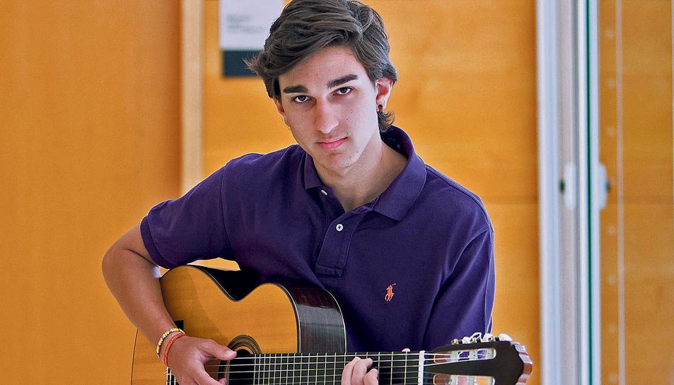 Hugo Campoy va entrar a l'escola de música amb sis anys i ara se'n va a fer el grau superior a Alacant.
