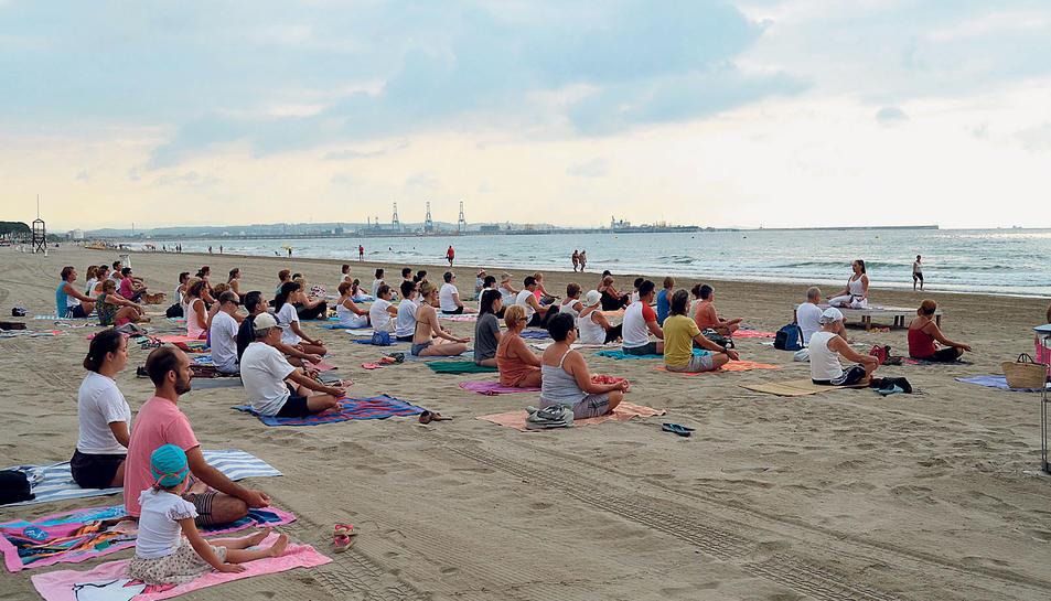 Imatge de la sessió de ioga a la platja.