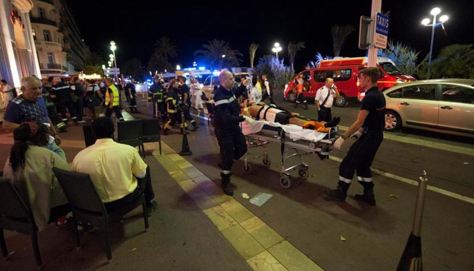 Evacuació de ferits després de l'atemptat.