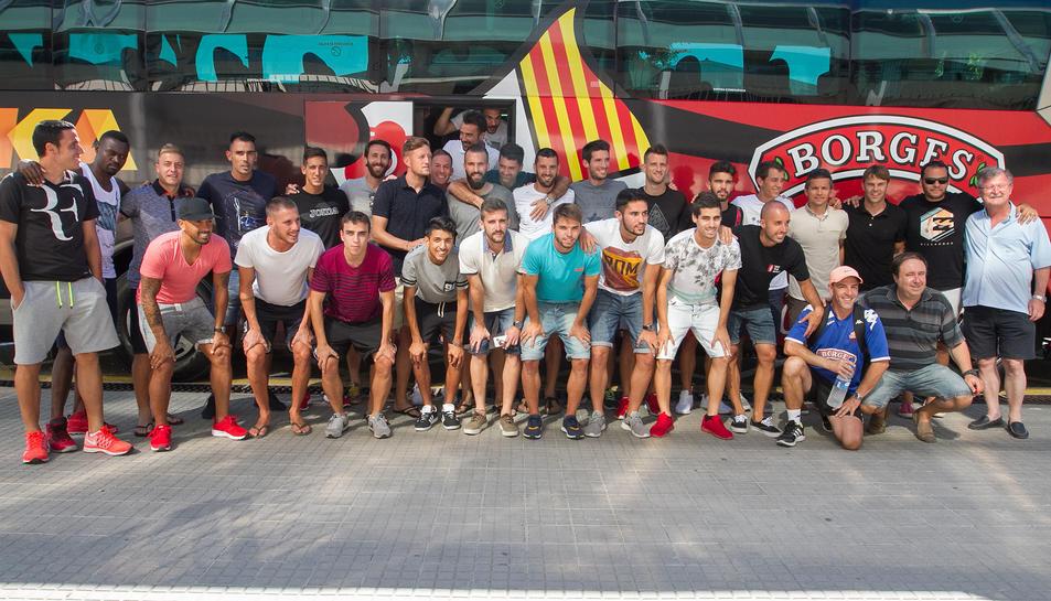 La comitiva, abans de pujar a l'autobús.