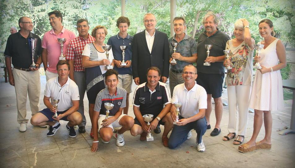 Tots els guanyadors, amb les copes, i acompanyats de l'alcalde Pellicer.