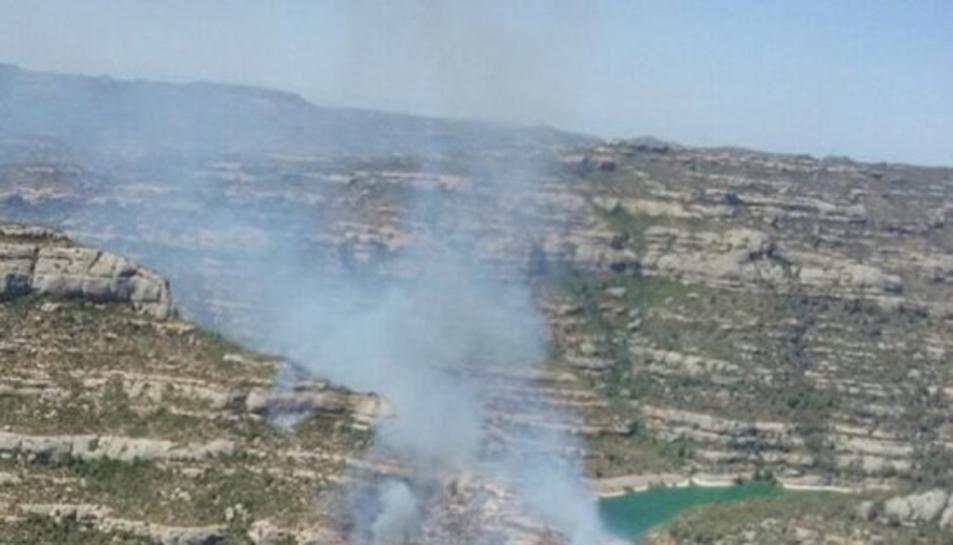 Un incendi forestal crema a tocar del pantà de Margalef, a la serra del Montsant