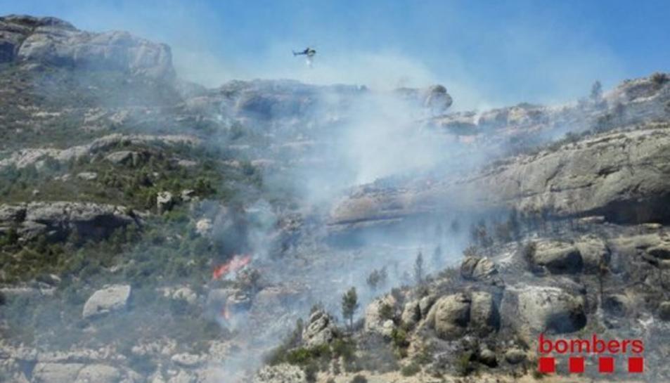 L'incendi de Margalef continua actiu i obliga a tallar dues carreteres locals