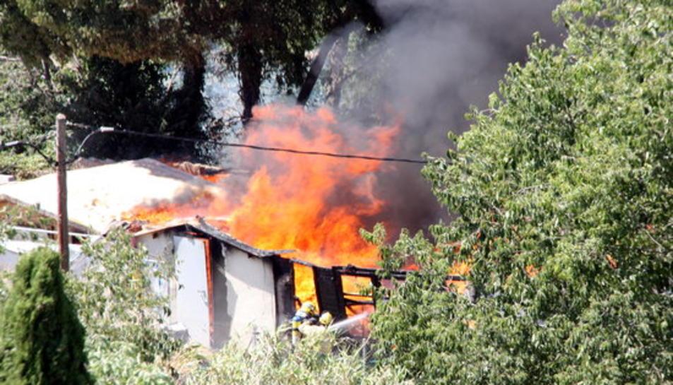 Cremen dues barraques a prop de la sala Kursaal de Valls