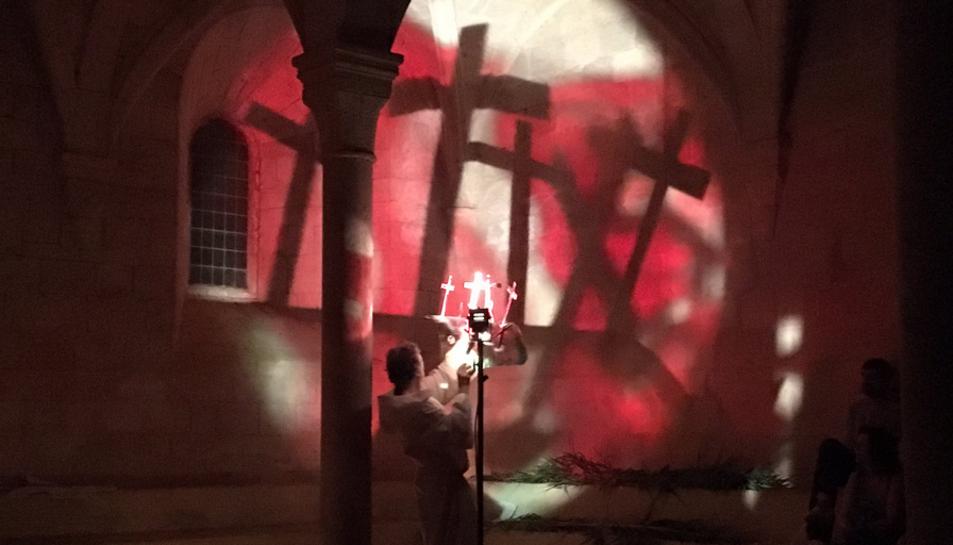 Les parets de Santes Creus es tenyeixen amb ombres teatrals