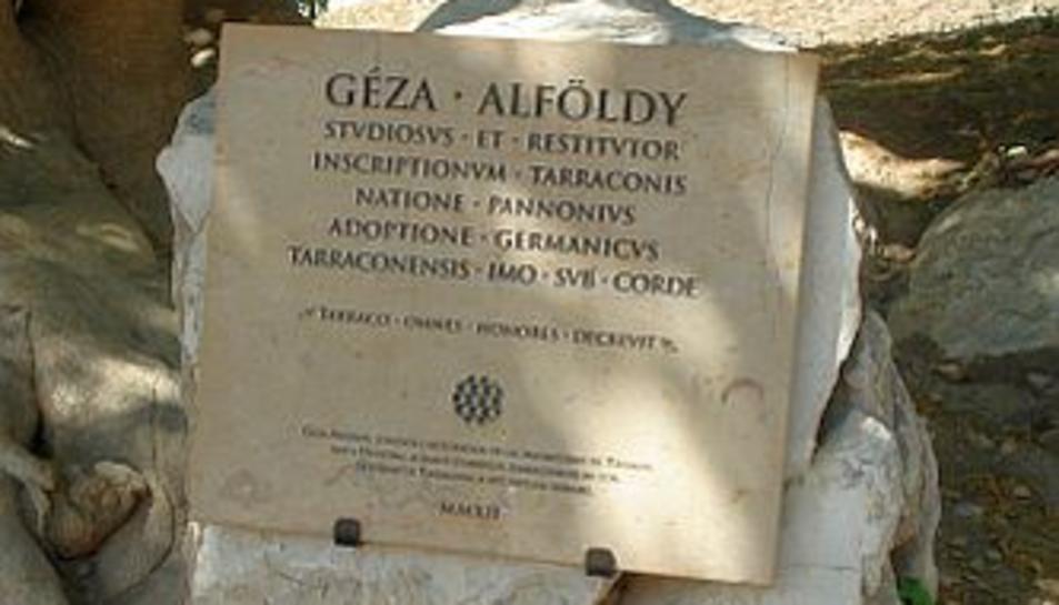 Una placa en honor a Géza Alföldy tapa un escrit dels Drets Humans