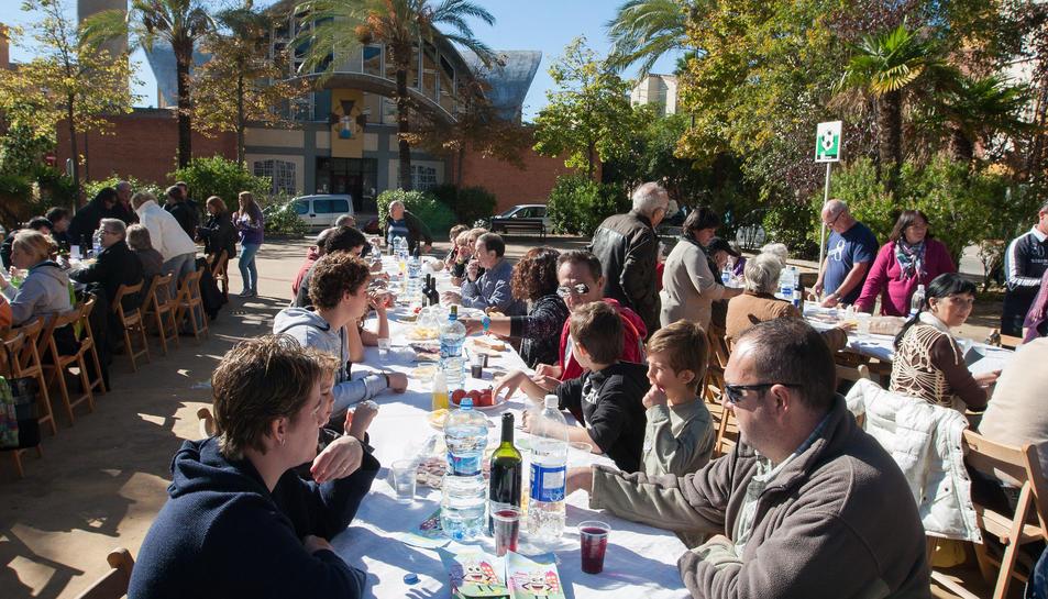 Sopar a l'estil 'hawaià al Barri Fortuny per celebrar les festes del barri