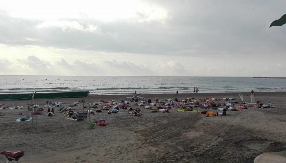 La platja de la Pineda dóna la benvinguda a la lluna plena amb una sessió de ioga