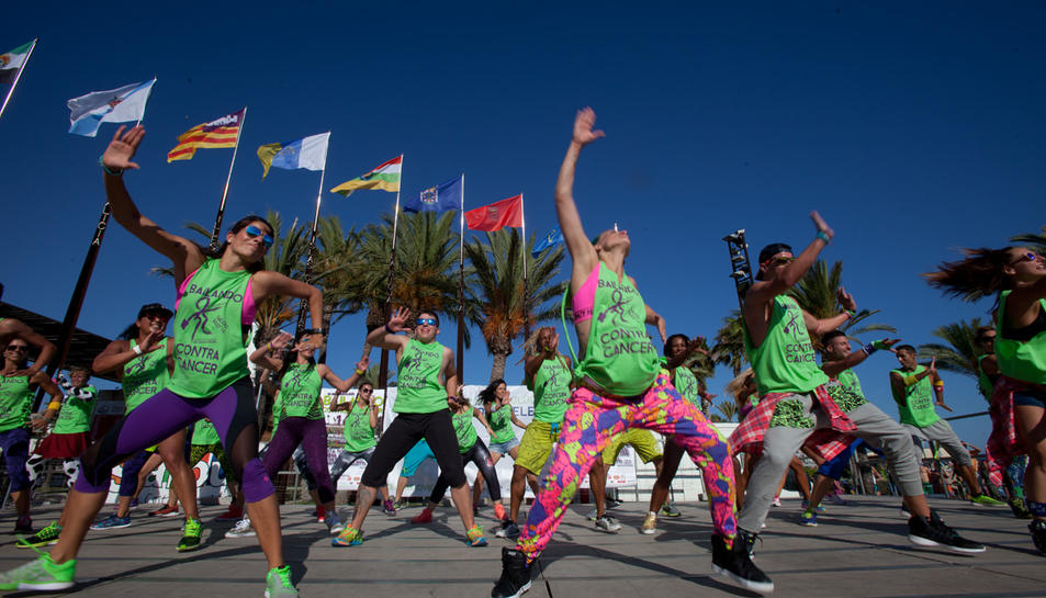 Un miler de persones ballen zumba contra el càncer a Salou