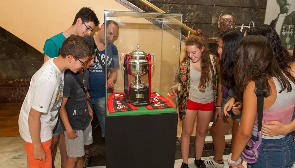 La copa de campió de lliga del CF Reus Deportiu, exposada al consistori