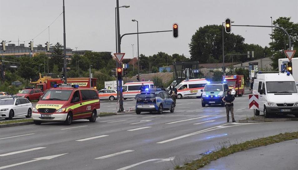 Policia i serveis d'emergència als voltants del centre comercial després del tiroteig.