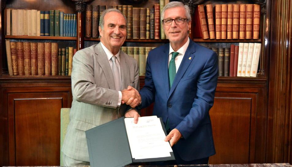 El president del Foment, Joaquim Gay de Montellà, i l'alcalde de Tarragona i president del Patronat de la Fundació Tarragona 2017, Josep Fèlix Ballesteros, han signat l'acord aquest 25 de juliol del 2016 a la seu de Foment (Horitzontal).