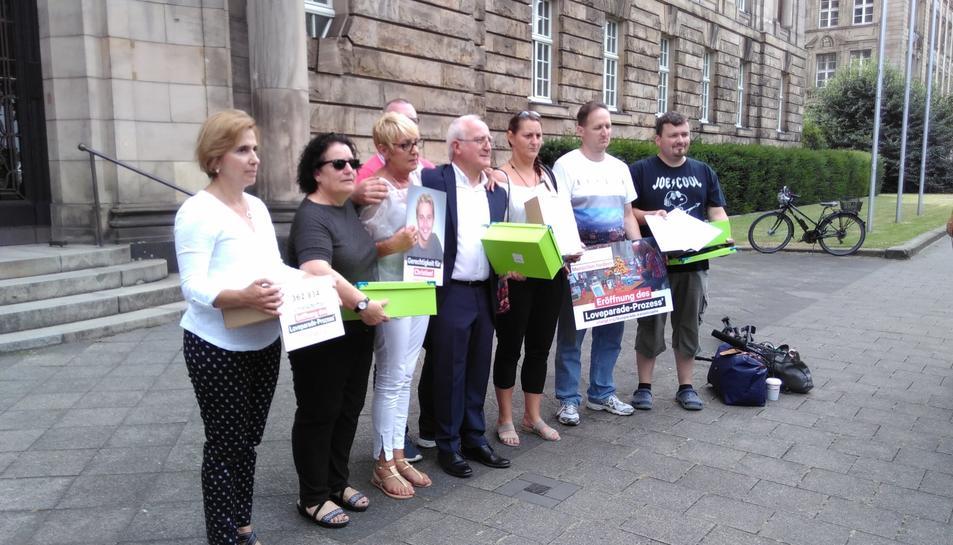 Els familiars moments abans de lliurar les signatures al tribunal