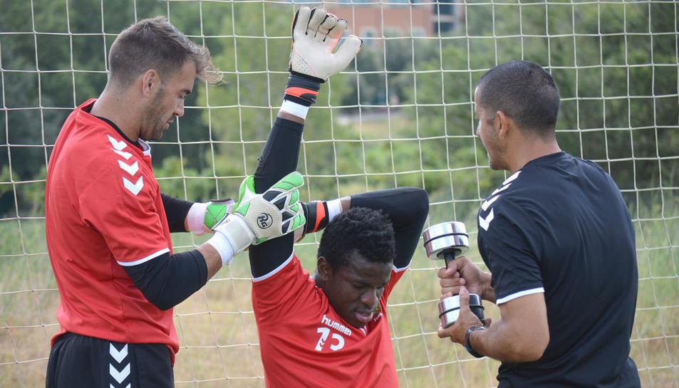 Manolo Reina i Fabrice Ondoa, durant un dels entrenaments de la plantilla en l'estada que l'equip va realitzar a Peralada.