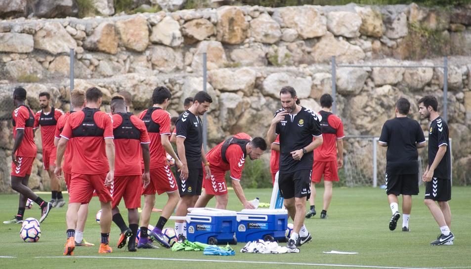 Els jugadors granes, amb Vicente Moreno al centre, en el primer entrenament de la pretemporada.