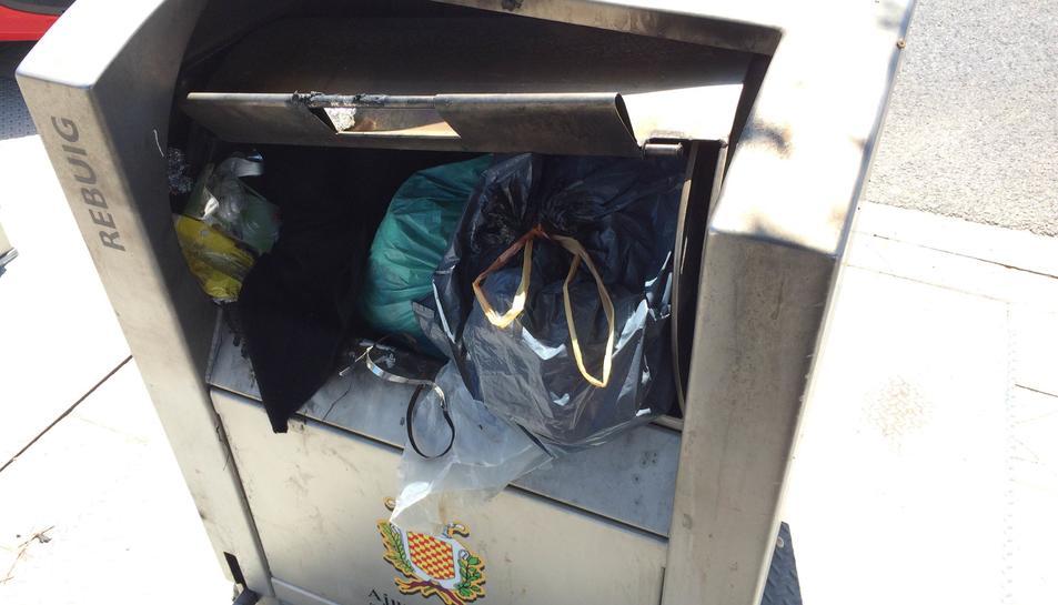 Les illes de contenidors precintats acumulen brossa des de fa mesos