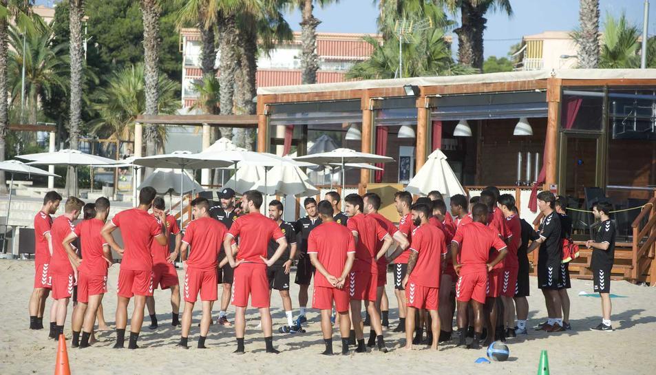 Sessió preparatòria de pretemporada de la plantilla del primer equip del Nàstic a la platja de l'Arrabassada de Tarragona.