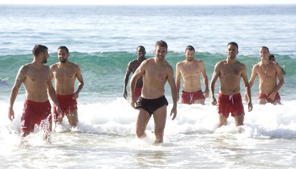 Imatge del grup fent exercicis a la sorra.