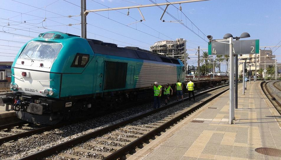 Imatge de la màquina de mercaderies que ha descarrilat a l'estació de Tarragona.