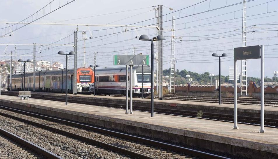 Retards de 20 minuts als regionals de Tarragona pel descarrilament d'un tren