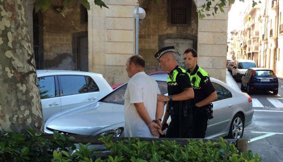 Unadiscussióentre tres homes acaba amb un ferit i un detingut a la plaça delsCarros
