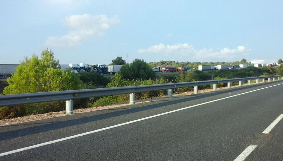 Quatre quilòmetres de retencions a l'AP-7 en sentit nord per una sortida de via d'un camió