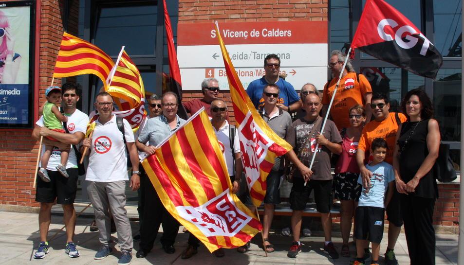 Pla general dels treballadors d'Adif manifestant-se a l'estació de Sant Vicenç de Calders, el 29 de juliol de 2016 (horitzontal)
