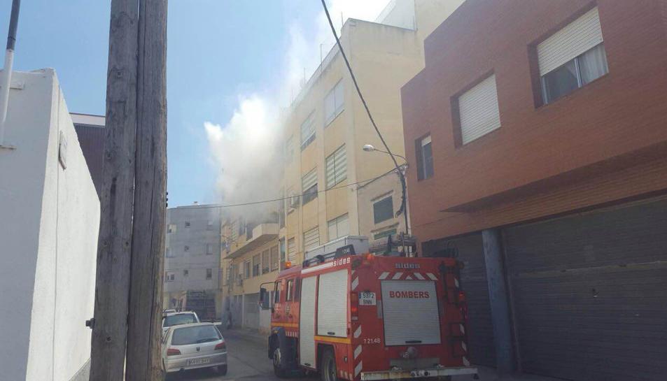 Imatge del carrer Valladolid d'Amposta on ha cremat una habitació d'un habitatge. Pla general del 29 de juliol de 2016