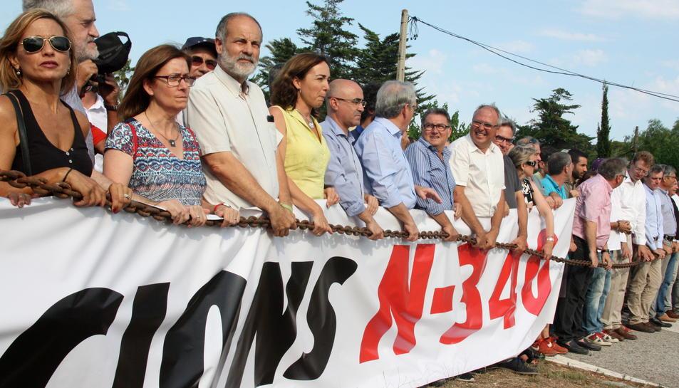 Pla general de diversos alcaldes rere la pancarta i la cadena que reivindica