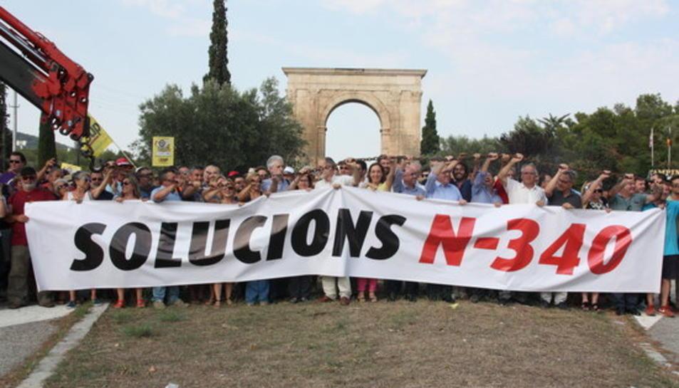 """Els alcaldes del Pacte de Berà i de les Terres de l'Ebre """"s'encadenen"""" a l'N-340 per reclamar la gratuïtat de l'AP-7"""