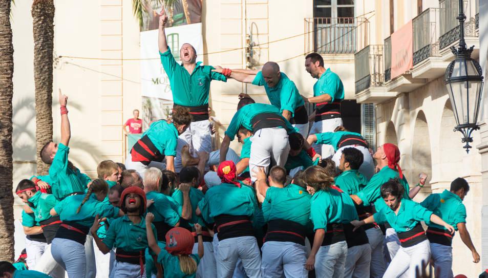 Els Castellers de Vilafranca celebren han descarregat el 3de10fm més matiner de la seva història.