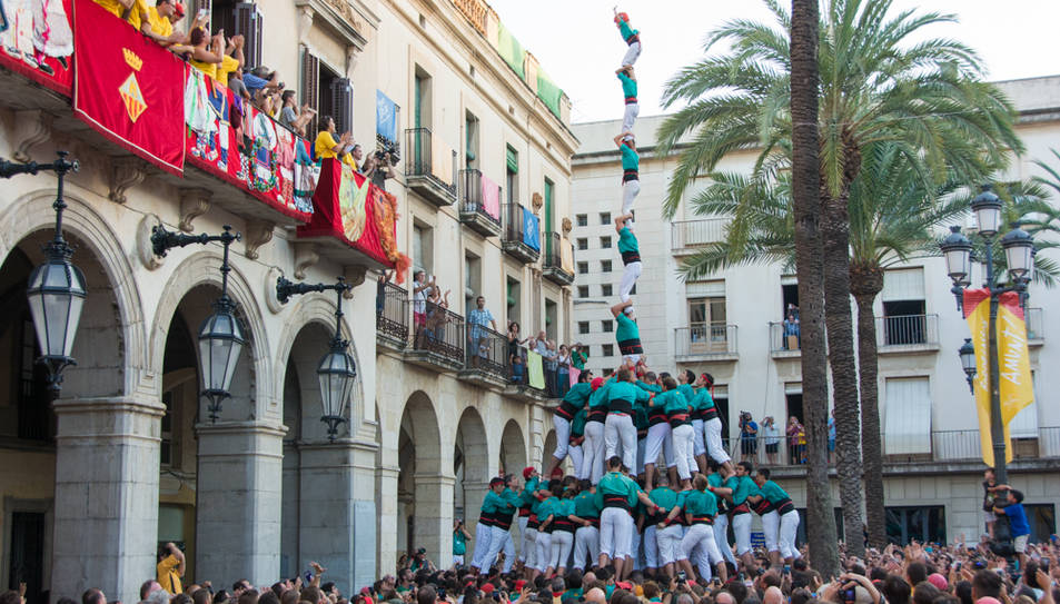 Pilar de 8 amb folre i manilles dels Castellers de Vilafranca a la diada de Vilanova.