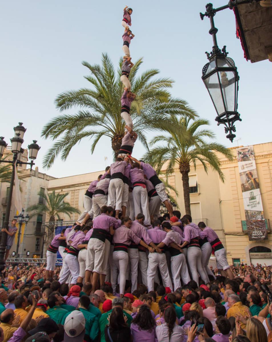 Pilar de 8 amb folre i manilles de la Colla Jove de Tarragona a la diada de Vilanova.