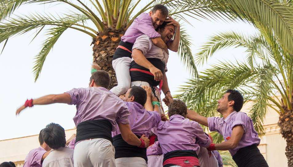 La Colla Jove celebra haver descarregat a Vilanova el segon pilar de 8 amb folre i manilles de la seva història.