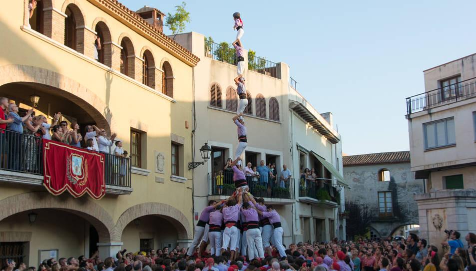 Pilar de 7 folrat de la Colla Jove de Tarragona a la diada de festa major de Vilallonga del Camp.