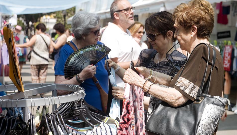 Molts curiosos i pocs compradors en la Fira Fora stocks tarragonina