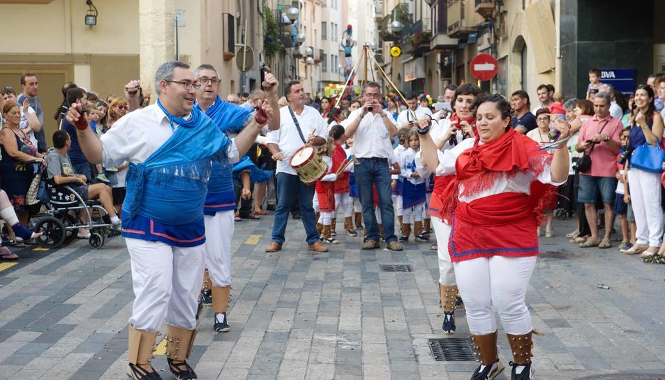 Els elements del seguici van desfilar pels carrers del municipi ahir al vespre.