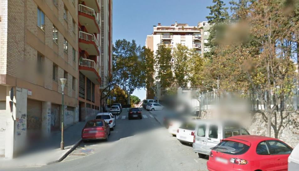 Un camió topa amb un fanal i rebenta el dipòsit de combustible al centre de Valls