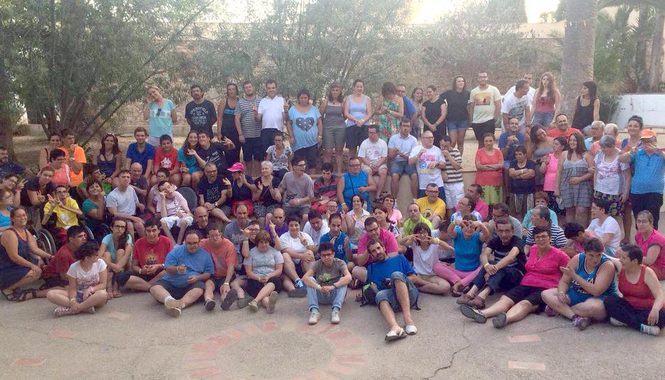 Imatge de grup dels participants a les colònies.