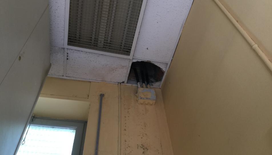 Les parets i el sostre del local pateixen humitats cada vegada que plou.