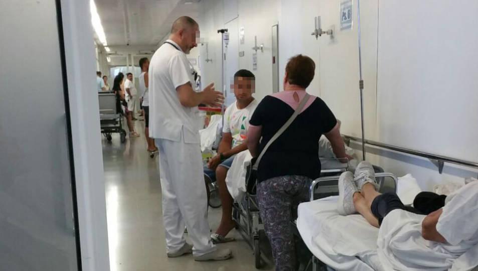 Imatges d'ahir a la tarda, quan es repetia l'acumulació de pacients als passadissos, ja que esperaven poder accedir a una habitació.