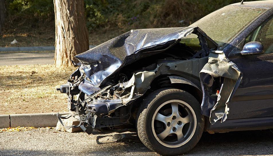 Les distraccions al volant provoquen molts accidents.