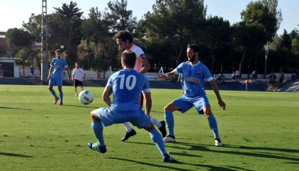 Jorge Miramón i Rafa García pressionen el capità del València Mestalla, en el partit disputat ahir.