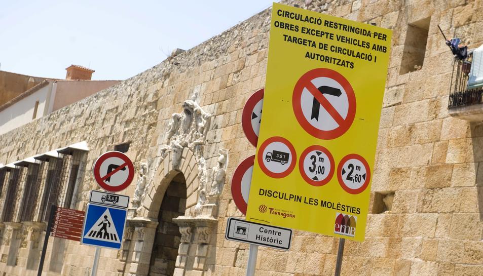 Un panell a l'entrada del Portal de Sant Antoni informa de la circulació restringida.